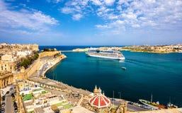 Kryssningeyeliner som lämnar Valletta Fotografering för Bildbyråer
