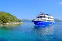 Kryssningfartyg av kust Royaltyfri Fotografi