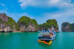Kryssningfartyg i den Halong fjärden, Vietnam, South East Asia Royaltyfri Fotografi