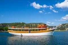 Kryssningfartyg på den Krka floden nära Skradin Royaltyfri Foto