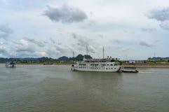 Kryssningfartyg på hytten på porten Arkivbilder