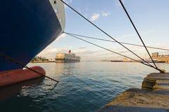 Kryssningfartyg på Piraeus port, Grekland Arkivbild