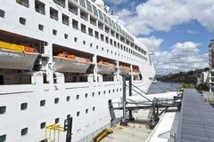 KryssningShip på port Fotografering för Bildbyråer