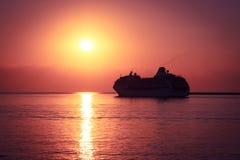 Kryssningship på solnedgången Majestätisk bakgrund Arkivfoto