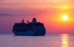 Kryssningship på solnedgången Royaltyfri Bild