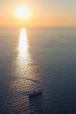 Kryssningship på solnedgången Arkivfoto