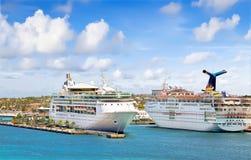 Kryssningships på port Arkivbilder