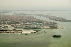 Kryssningskepp anslöt på Venedig, flyg- sikt Royaltyfria Foton