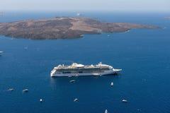 Kryssningskepp blir förtöjde i vulkanisk caldera av den Santorini ön, Grekland arkivbilder