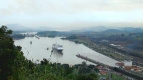 Kryssningskepp (den Hollandamerica kryssningslinjen) i den Panama kanalen arkivfilmer
