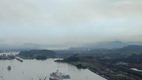 Kryssningskepp (den Hollandamerica kryssningslinjen) i den Panama kanalen lager videofilmer