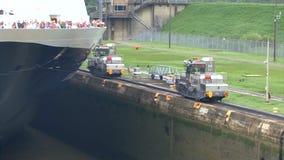 Kryssningskepp (den Hollandamerica kryssningslinjen) i den Panama kanalen stock video