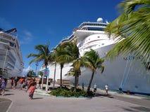 Kryssningskepp i Bahamas Royaltyfri Foto