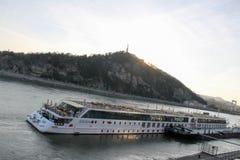 Kryssningskepp i Danube River, Budapest Arkivfoto