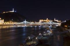 Kryssningskepp i den Budapest staden Arkivfoto