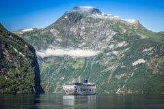 Kryssningskepp i den Geiranger fjorden, Norge Augusti 5, 2012 Royaltyfri Foto