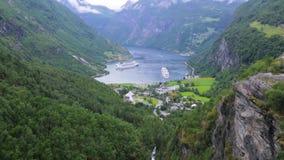 Kryssningskepp i den Geiranger hamnstaden, Norge arkivfilmer