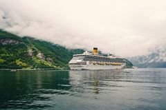 Kryssningskepp i den norska fjorden Passagerareeyeliner som anslutas i port Loppdestination, turism Aff?rsf?retag uppt?ckt royaltyfri foto