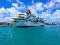 Kryssningskepp i den Okinawa hamnen Arkivfoto