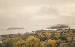 Kryssningskepp i dimma Arkivbilder