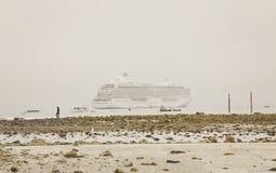 Kryssningskepp i dimma Royaltyfri Fotografi