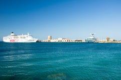 Kryssningskepp i en hamn. Grekland Rhodes. Royaltyfria Bilder