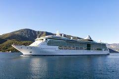 Kryssningskepp i fjärden av Kotor, Montenegro Royaltyfria Foton