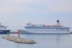 Kryssningskepp i hamn av Sochi Arkivbilder