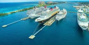 Kryssningskepp i hamn i det Bahamas havet Arkivbilder