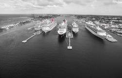 Kryssningskepp i hamn i det Bahamas havet Royaltyfri Foto