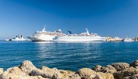 Kryssningskepp i hamnen, Grekland Royaltyfri Foto