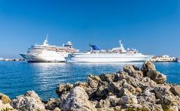 Kryssningskepp i hamnen, Grekland Arkivfoton