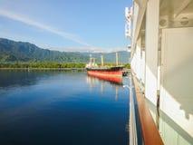Kryssningskepp i indonesisk port royaltyfria bilder