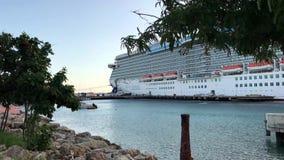 Kryssningskepp i karibisk port stock video