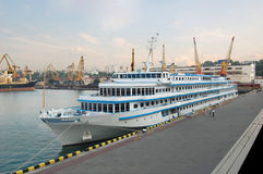 Kryssningskepp i port Royaltyfri Foto