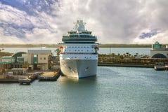 Kryssningskepp i port Royaltyfria Bilder