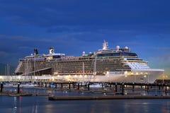 Kryssningskepp i port på natten Arkivbilder