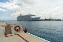 Kryssningskepp i porten av Cozumel Arkivfoto