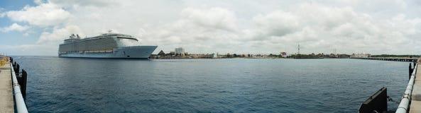 Kryssningskepp i porten av Cozumel Arkivbild