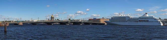 Kryssningskepp i St Petersburg, Ryssland Arkivbild