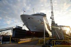 Kryssningskepp i torr skeppsdocka Arkivfoton