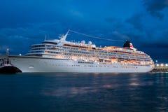 Kryssningskepp i Venedig på natten Royaltyfria Foton