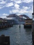 Kryssningskepp med Sydney Harbor Bridge Arkivbilder