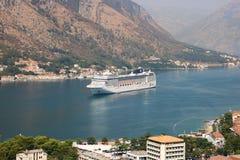 Kryssningskepp MSC Musica i den Kotor fjärden Royaltyfri Bild