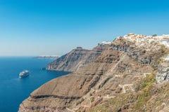Kryssningskepp nästan den Santorini ön Grekland royaltyfria foton