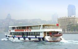 Kryssningskepp och Istanbul slott Royaltyfri Bild