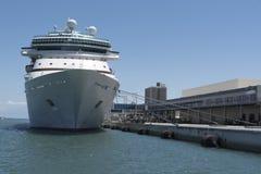 Kryssningskepp och passagerarterminal Arkivbilder