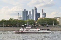 Kryssningskepp och skyskrapor i Moskva Royaltyfria Foton