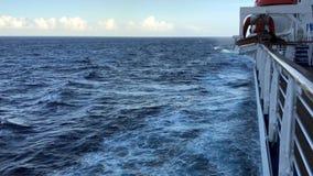 Kryssningskepp och vak stock video