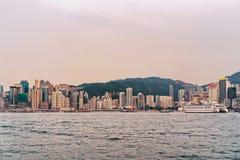 Kryssningskepp och Victoria Harbor i Hong Kong Arkivfoton